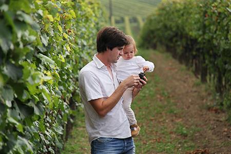Winzer Thomas Stadler mit Tochter Marie im Weingarten